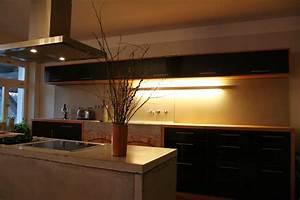 Moderne Küchen Aus Massivholz : moderne k che aus beton holz kombination mit indirektem licht ~ Sanjose-hotels-ca.com Haus und Dekorationen