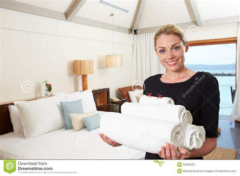 femme du chambre portrait de femme de chambre d 39 hôtel avec des serviettes