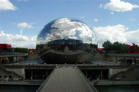 edificio esferico cubierto de espejos