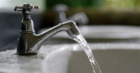 acqua marrone dal rubinetto cardito famiglia beve acqua dal rubinetto tutti in ospedale