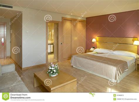 chambre hotel avec chambre d 39 hôtel avec le lit et la salle de bains photo