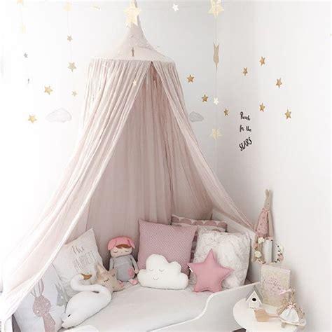 Kinderzimmer Mädchen Vorhang by Vorh 228 Nge 252 Ber Dem Bett Im M 228 Dchenzimmer