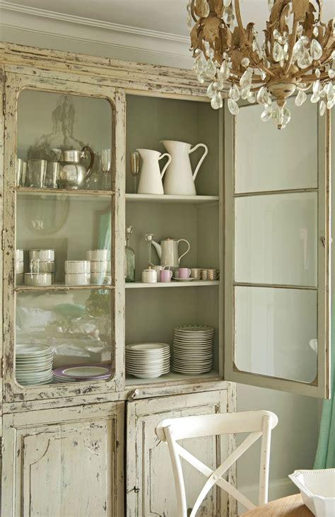 armario vajillero en madera beige decapada  vitrina en