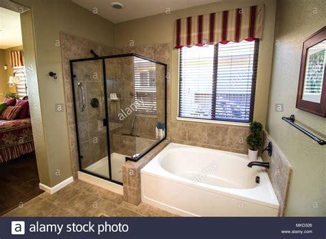 bagno con vasca e doccia shower ceiling immagini shower ceiling fotos stock alamy