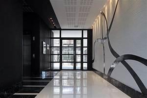 dans ce hall dimmeuble consacre au 7eme art le marbre With tapis hall d immeuble