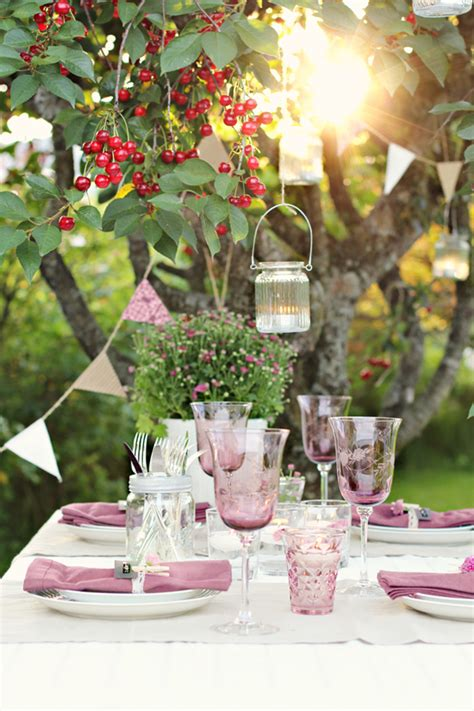Table Decorating Ideas Candles Apples Autumn Indoor Outdoor Atmosphere 650x325 by Table Setting Purple Outside Stylizimo