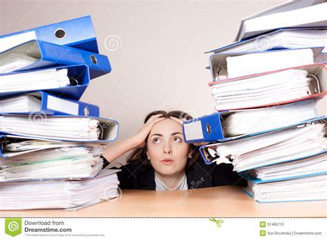 le de bureau à pile femme d 39 affaires frustrante avec la pile de dossiers au