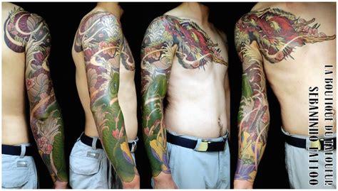 tatouage japonais dun bras homme dragon rouge koi verte