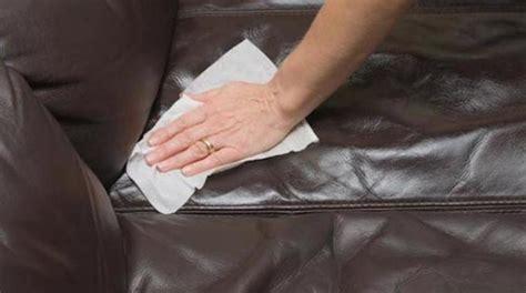 astuce pour nettoyer canapé en tissu l 39 astuce pour nettoyer facilement un canapé en cuir
