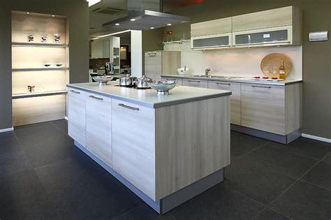 küchen modern mit kochinsel h 228 cker musterk 252 che ausstellungsk 252 che k 252 chenzeile mit