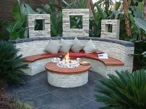 Runde feuerstelle und halbrunde sitzbank mit for Feuerstelle garten mit balkon dämmen und abdichten