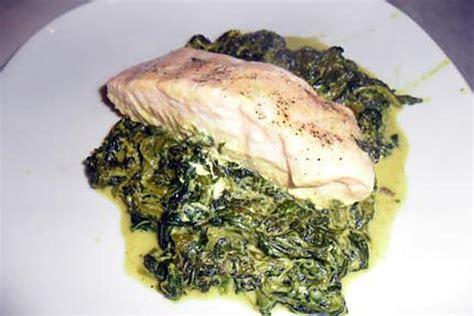 cuisiner le pavé de saumon recette de pavés de saumon au curry sur lit d 39 épinards