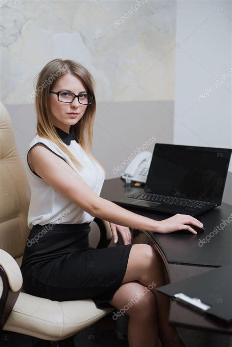 amour bureau amour au bureau femme femme qui mange au bureau stock
