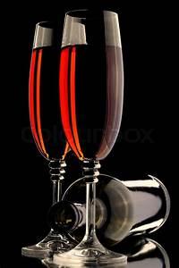 Weinglas Auf Flasche : weinglas und flasche auf dem schwarzen hintergrund stock foto colourbox ~ Watch28wear.com Haus und Dekorationen
