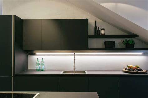minimalista cocina negra abierta  muy luminosa cocinas