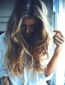coupe de cheveux mi femme balayage blond ou caramel pour vos cheveux châtains archzine fr