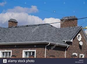 Dachabdeckung Für Schuppen : asphalt kies dekorative bitumen schindeln auf dem dach eines brick house stockfoto bild ~ Orissabook.com Haus und Dekorationen