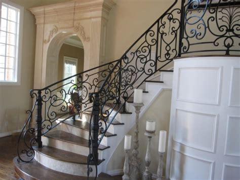 Scara interioara placata cu marmura si balustrada din fier