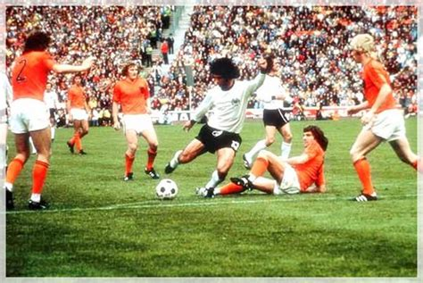 Argentina 1 Brazil 2 in 1974 in Hannover. Mario Kempes on the ball for Argentina in Round 2, Group A #WorldCupFinals | QUELLI CHE IL CALCIO | Pinterest