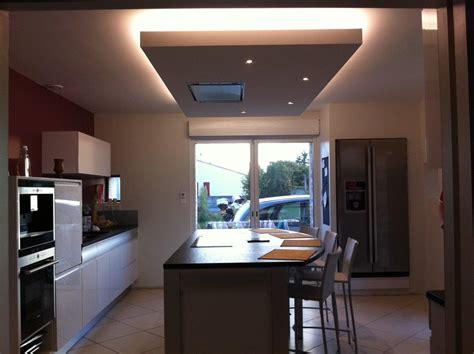 luminaire suspendu cuisine un faux plafond pour intégrer la hotte au dessus de l îlot