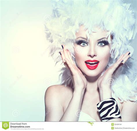 femme 233 tonn 233 e dans la perruque de plume blanche photo