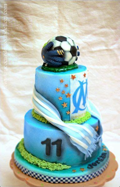 Gâteau d'anniversaire ballon de foot, mousses chocolat noir et blanc. Gateaux Foot