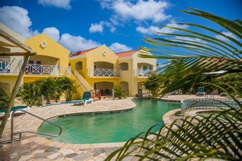 Bonaire 4 Home Interiors : Aranżacja Wnętrza Z Ciemną Podłogą