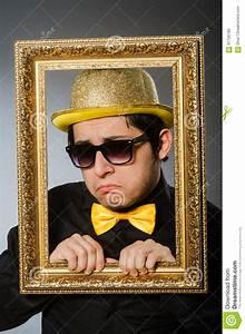 Cadre De Tableau : l 39 homme dr le avec le cadre de tableau photo stock image ~ Dode.kayakingforconservation.com Idées de Décoration