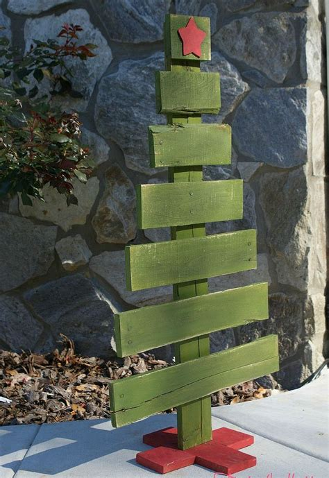 cool diy recycled pallet christmas trees shelterness