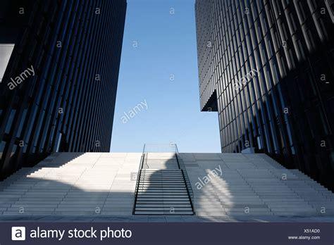 treppe zwischen zwei wänden treppen dusseldorf breiten treppe treppen nach oben zwischen zwei wolkenkratzern hafenspitze