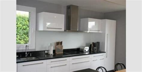 chambre taupe et blanc cuisine noir plan de travail blanc