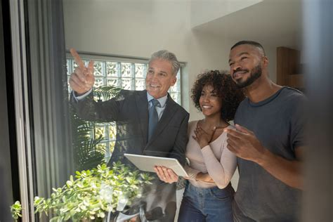 difference   real estate agent  lawyer