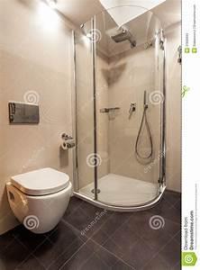 toilette et douche dans la salle de bains photos stock With toilette dans la salle de bain