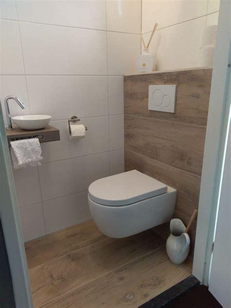 Gaeste Wc Gestalten Und Einrichten by Kleine Toilet Houtlook Tegels łazienka In 2019