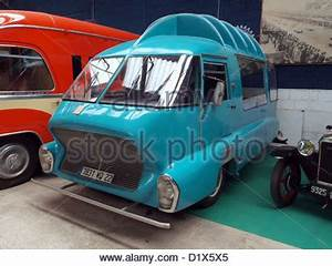 Transit Auto Reims : old sports car and vintage bus outside rundown house in chepstow stock photo royalty free image ~ Medecine-chirurgie-esthetiques.com Avis de Voitures