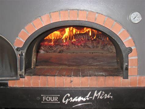 four a bois pizza table de cuisine