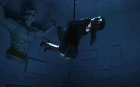 两位美女醒来发现被绑架到密室,一个被束缚着一个被吊绑着,准备接受刑罚_好看视频