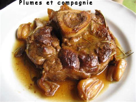 cuisiner le veau en cocotte jarret de veau confit dans jus plumes et compagnie