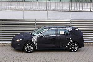 Kia Cee D : 2018 kia cee d caught on video next to new hyundai i30 and kia picanto autoevolution ~ Medecine-chirurgie-esthetiques.com Avis de Voitures