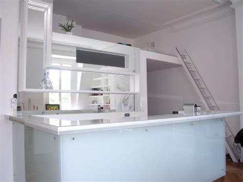 ouvrir une cuisine des miroirs derrière un bar pour créer de la profondeur