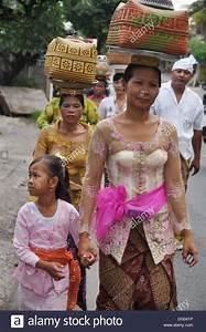 Einen Korb Bekommen Englisch : ubud bali indonesien frauen in traditioneller kleidung tr gt einen korb mit angeboten auf ~ Orissabook.com Haus und Dekorationen