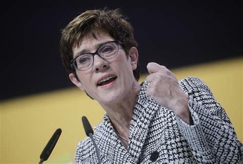 Doch merkel blieb herrin des verfahrens. Annegret Kramp-Karrenbauer ist neue Parteivorsitzende der ...