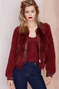 Fausse Fourrure Rouge : le manteau en fausse fourrure une tendance depuis toujours ~ Teatrodelosmanantiales.com Idées de Décoration