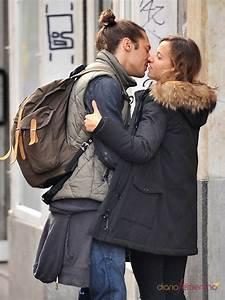 Irene Escolar y Martín Rivas se comen a besos