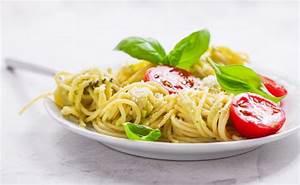 Assiette Pour Pates : assiette de spaghetti avec des tomates et du fromage ~ Teatrodelosmanantiales.com Idées de Décoration