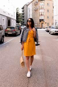 Kleid Mit Jeansjacke : ein gelbes kleid kombinieren alltagsoutfit mit jeansjacke und sneakers ~ Frokenaadalensverden.com Haus und Dekorationen