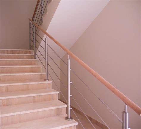 cuisine amenage garde corps inox à 4 tiges sur escalier béton