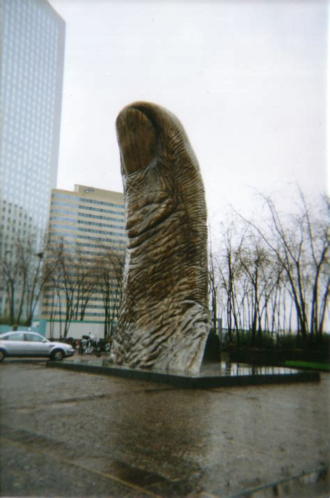 Thumbs Up | Two thumbs up for this bronze sculpture