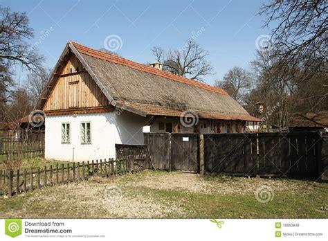 maison de cagne traditionnelle de l europe de l est photos libres de droits image 18950848