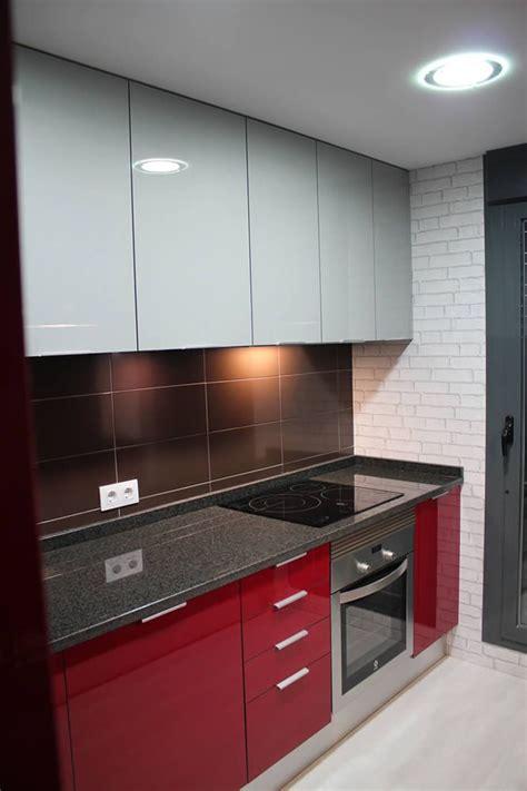 rey rojo  gris clarito granito negro cocinas rojas